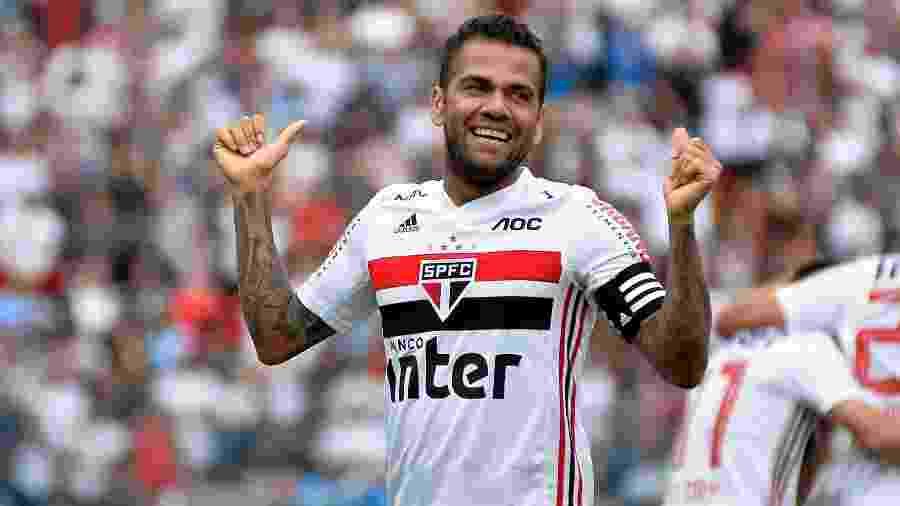 Daniel Alves comemora gol pelo São Paulo em partida contra o Oeste - Bruno Ulivieri/AGIF