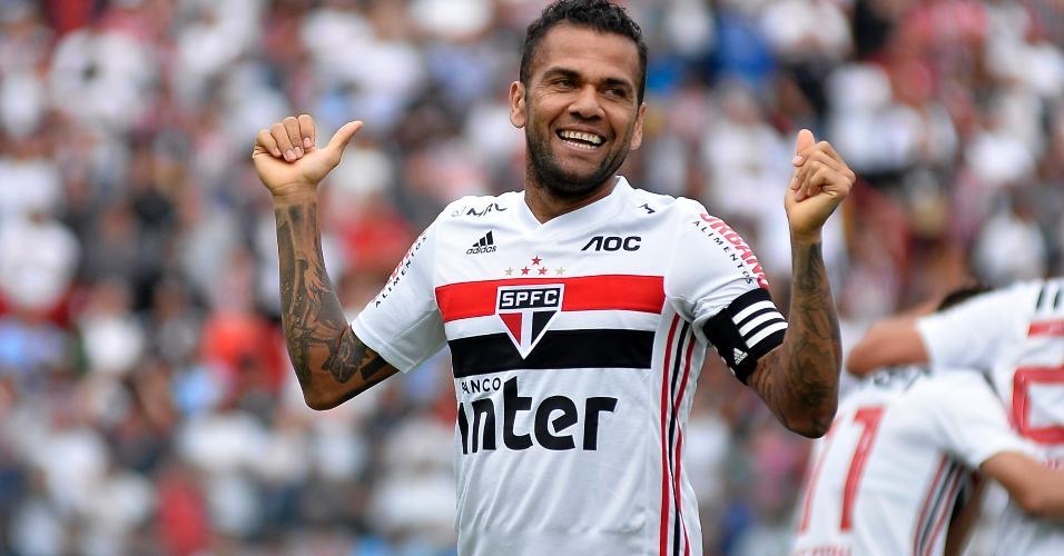 Daniel Alves comemora gol pelo São Paulo em partida contra o Oeste