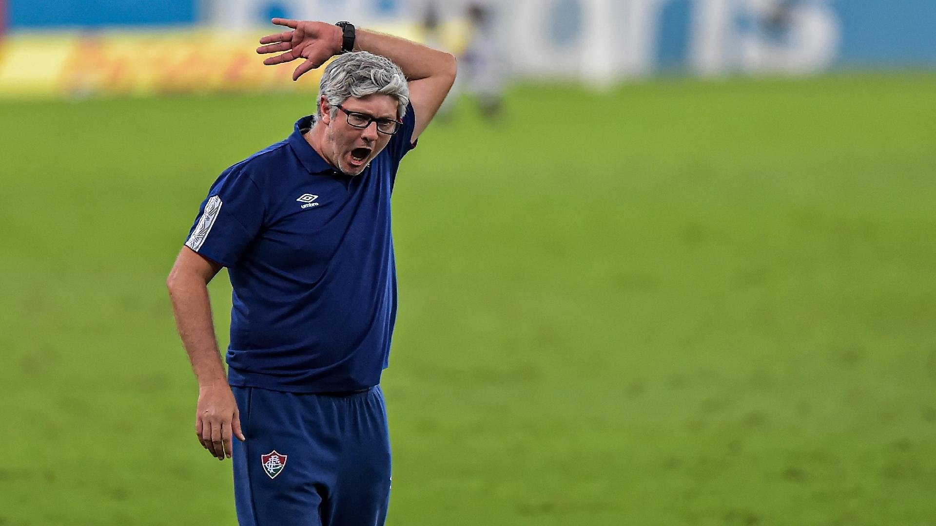 Odair Hellmann, técnico do Fluminense, reclama com a arbitragem na partida contra o Flamengo