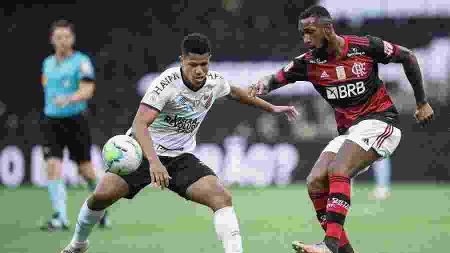 Lance do duelo entre Flamengo e Athletico-PR, no Maracanã, pelo Brasileirão 2020 - Jorge Rodrigues/AGIF