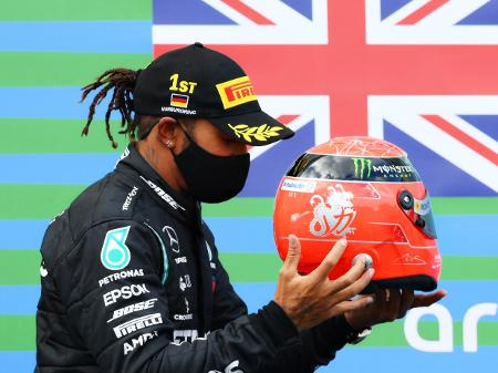 Fórmula: Hamilton sobe ao pódio com capacete de Schumacher após igualar  recorde do alemão