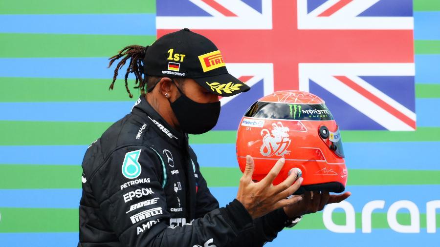 Lewis Hamilton é presenteado com capacete de Schumacher após vencer GP de Eifel - Clive Mason - Formula 1/Formula 1 via Getty Images