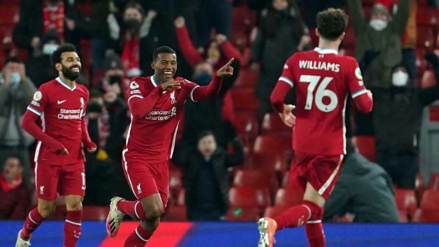 Mohamed Salah, Georginio Wijnaldum e Neco Williams comemoram gol do Liverpool diante do Wolverhampton em Anfield - Jon Super/AFP