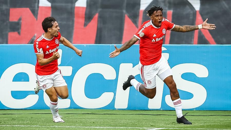Abel Hernández comemora gol de empate do Internacional diante do Grêmio - Pedro H. Tesch/AGIF
