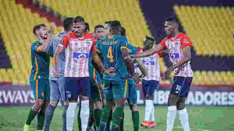 Jogadores cercam árbitro após pênalti inexistente; Fluminense foi prejudicado na Libertadores - SANTIAGO ARCOS/CONMEBOL LIBERTADORES - SANTIAGO ARCOS/CONMEBOL LIBERTADORES