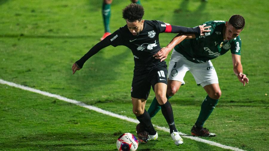 Claudinho (RB Bragantino) disputa lance com jogador do Palmeiras pelas quartas do Paulista 2021 - Diogo Reis/AGIF