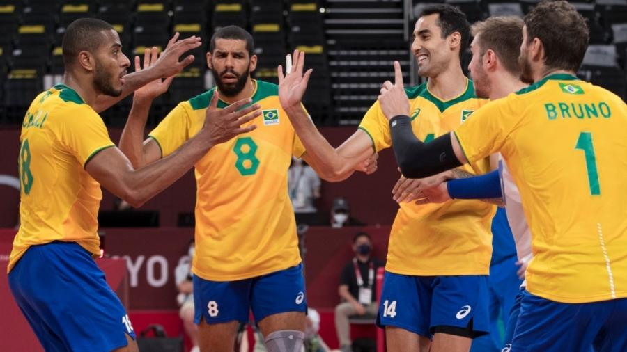 Jogadores do Brasil celebram ponto contra a Argentina, no vôlei masculino nos Jogos Olímpicos de Tóquio - Julio Cesar Guimarães / COB