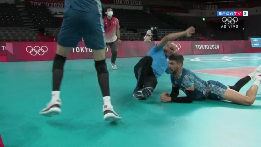 Facundo Conte, da Argentina, derrubou o técnico Marcelo Méndez na tentativa de salvar uma bola - Reprodução/SporTV