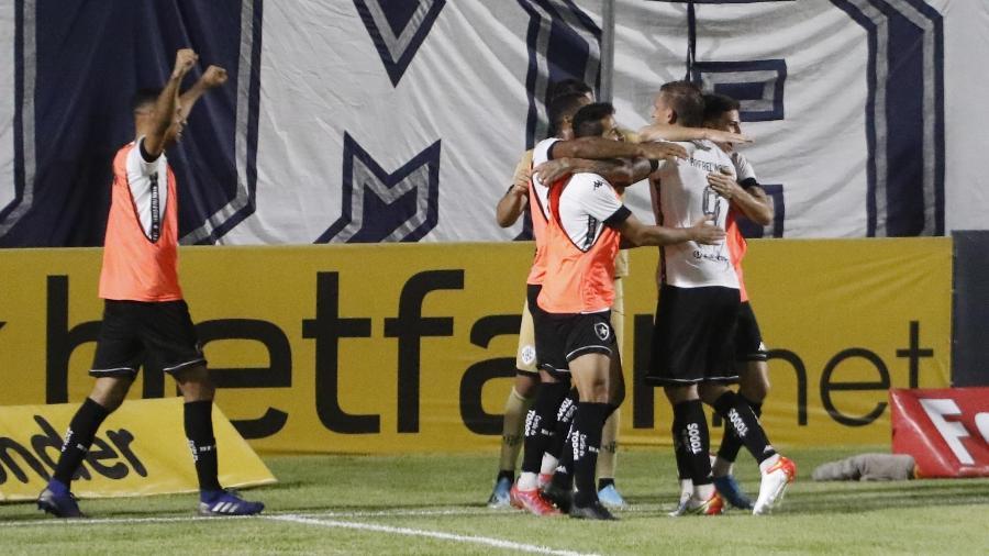 Jogadores do Botafogo comemoram gol contra o Remo na Série B - OSWALDO FORTE/FUTURA PRESS/FUTURA PRESS/ESTADÃO CONTEÚDO