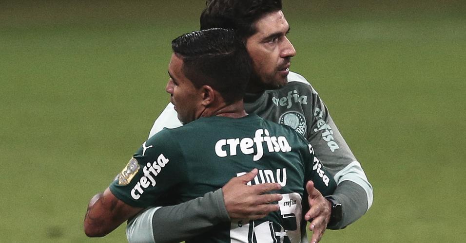 Dudu abraça o técnico Abel Ferreira ao ser substituído no time do Palmeiras durante o clássico com o Corinthians, pela 22ª rodada do Brasileirão
