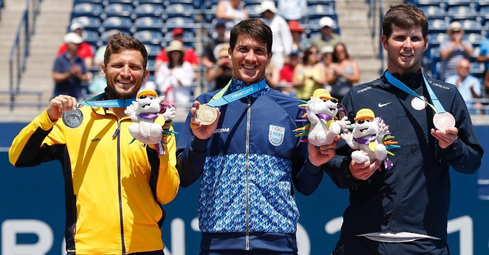 Nicolas Barrientos, da Colômbia, Facundo Bagnis, da Argentina, e Dennis Novikov, dos Estados Unidos, recebem as medalhas de prata, ouro e bronze, respectivamente, na chave de simples do tênis