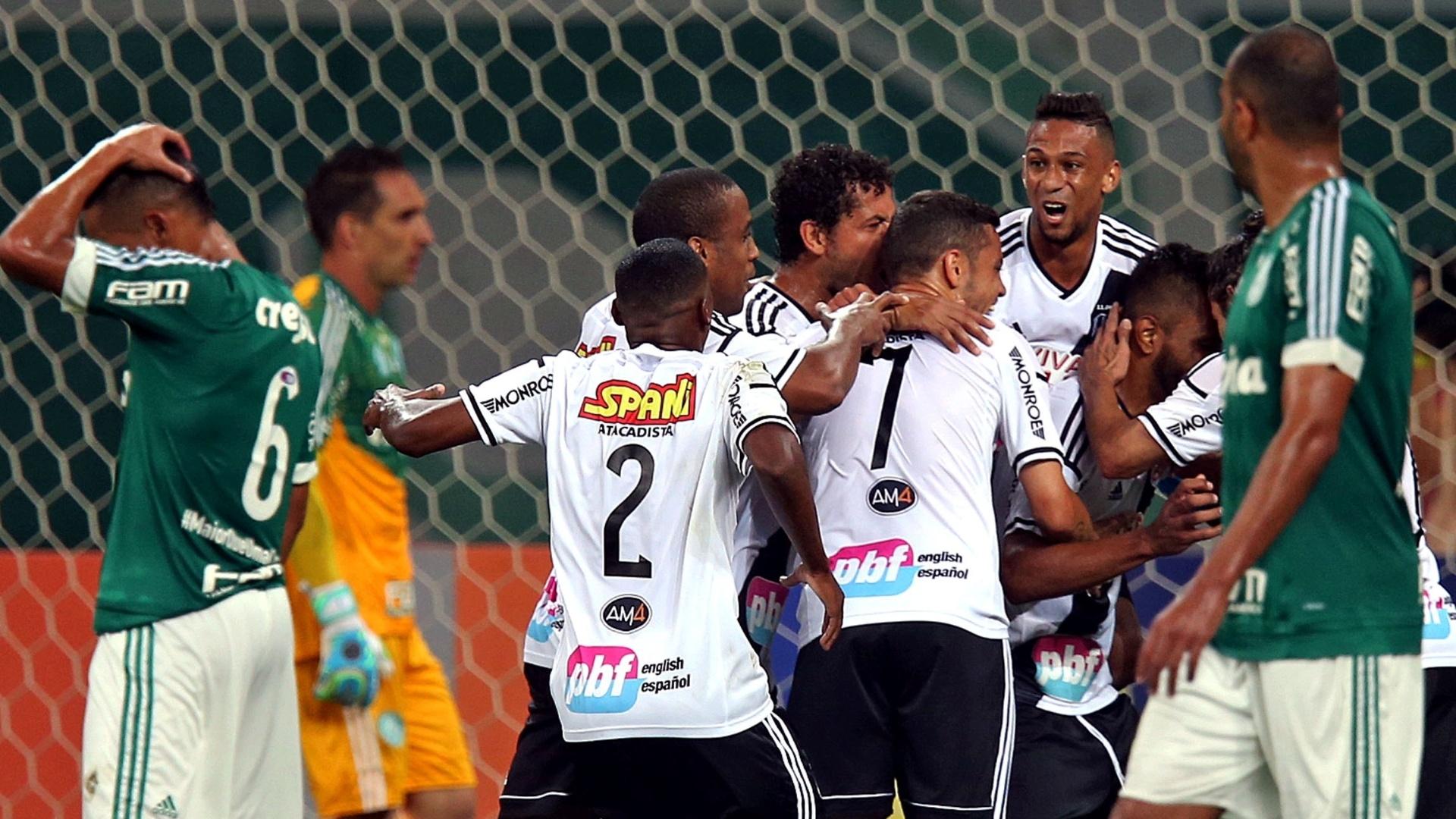 Jogadores da Ponte Preta comemoram após Fernando Bob marcar em cobrança de pênalti contra o Palmeiras pelo Campeonato Brasileiro