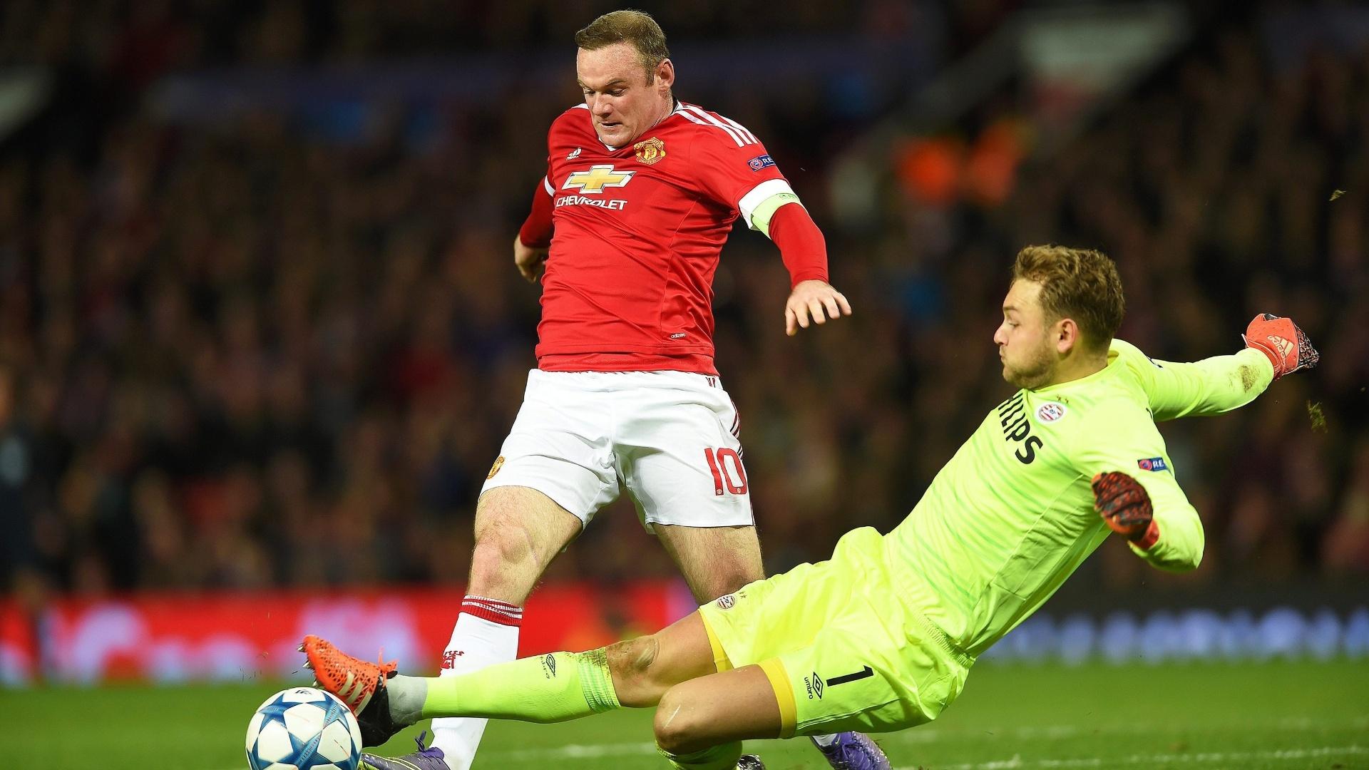 Atacante do Manchester United, Rooney tenta driblar o goleiro do PSV, Jeroen Zoet, em duelo na Inglaterra