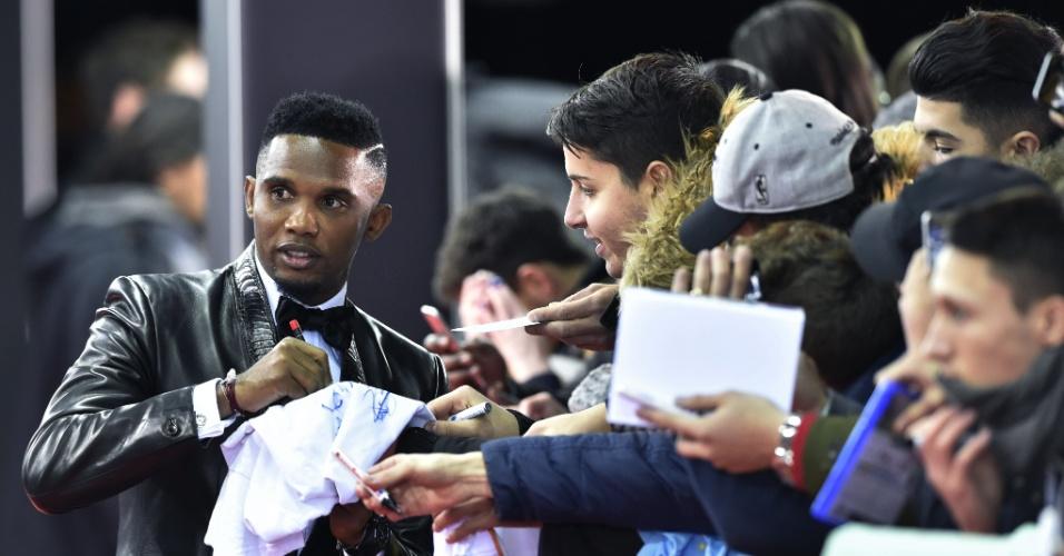 O camaronês Samuel Eto´o dá autógrafo ao chegar para a premiação, em Zurique (Suíça)