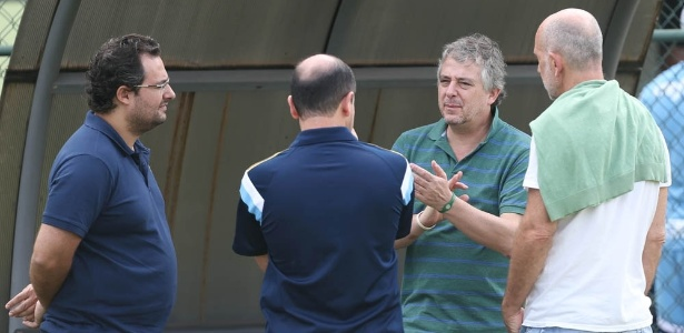 Paulo Nobre conversa com Alexandre Mattos e Cícero Souza durante treino