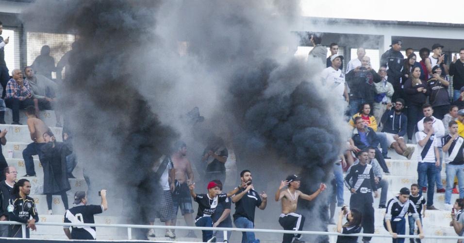 Torcedores da Ponte Preta usam fumaça preta e paralisam a partida contra o Palmeiras