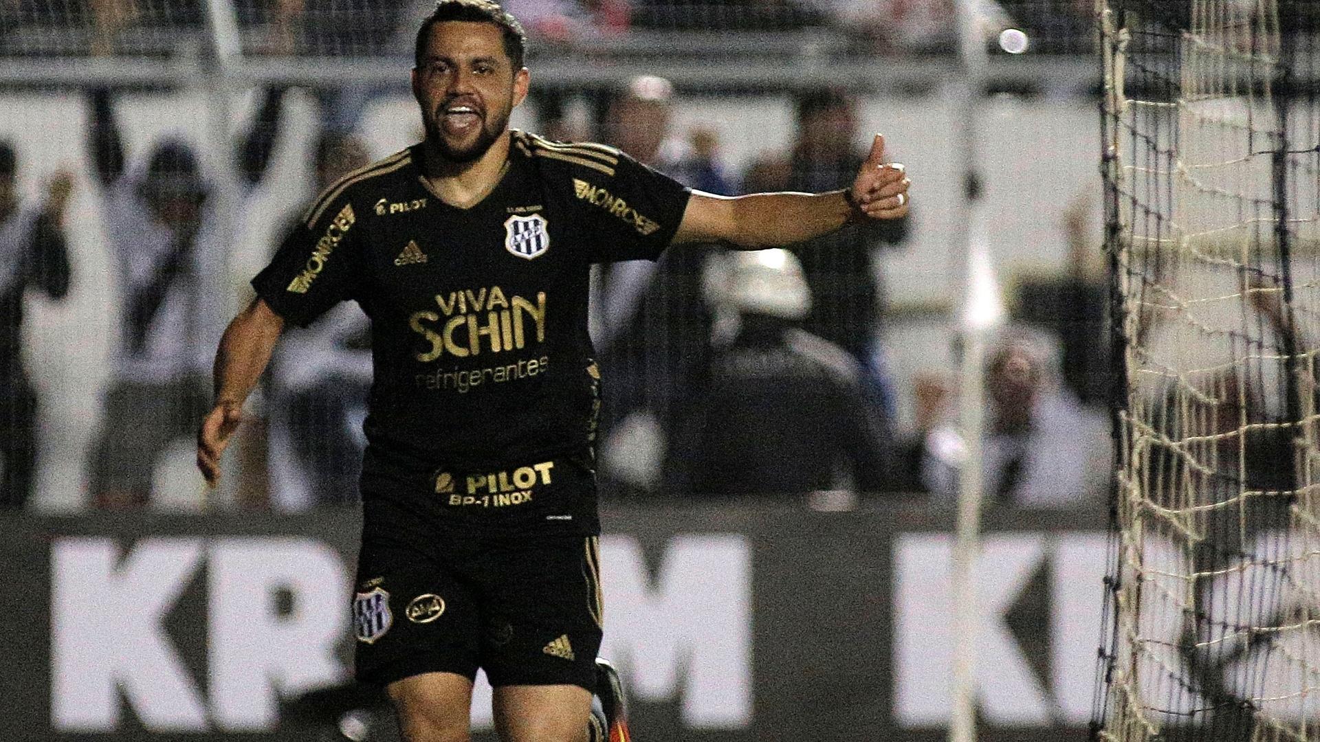 Felipe Azevedo festeja gol da Ponte Preta contra o Atlético-MG