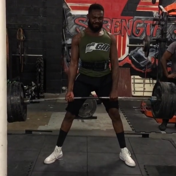 Jon Jones levanta 227 kg e mostra em vídeo no Instagram