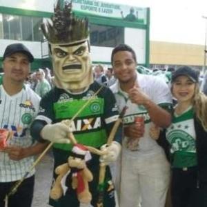 Everton Pereira (à esq.) e outros torcedores da Chapecoense - Arquivo Pessoal