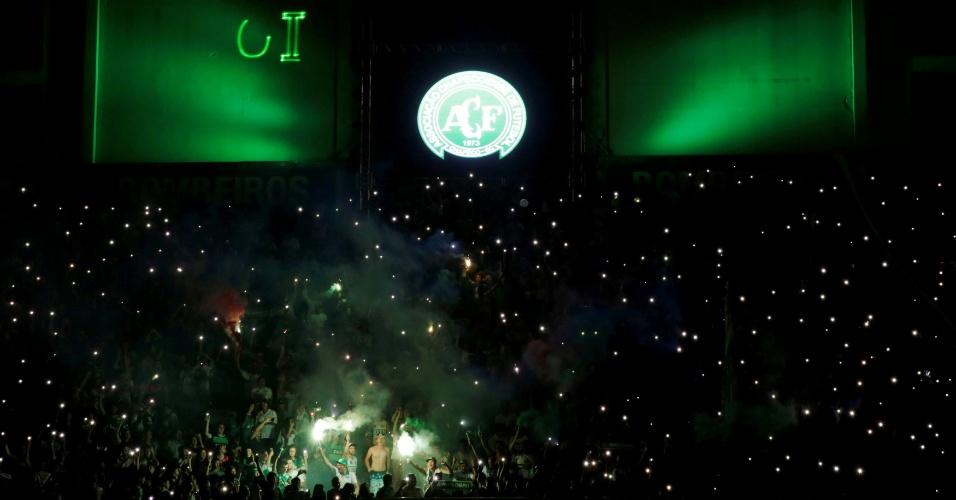 Fãs prestam homenagem aos mortos no acidente na Colômbia, na Arena Condá