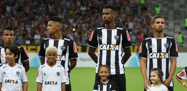 Felipe Santana (centro) está fora do Atlético-MG