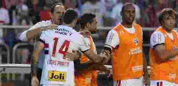 Rogério Ceni dá instruções a Lucas Pratto após primeiro gol do argentino - Rubens Chiri / saopaulofc.net  - Rubens Chiri / saopaulofc.net