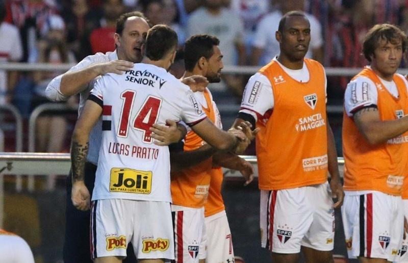 Rogério Ceni dá instruções a Lucas Pratto após primeiro gol do argentino