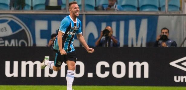 Grêmio passa a ter 60% dos direitos de Arthur, volante de 20 anos
