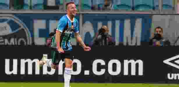 Arthur comemora gol do Grêmio contra o Fluminense; volante está na mira do Barça - Jeferson Guareze/AGIF