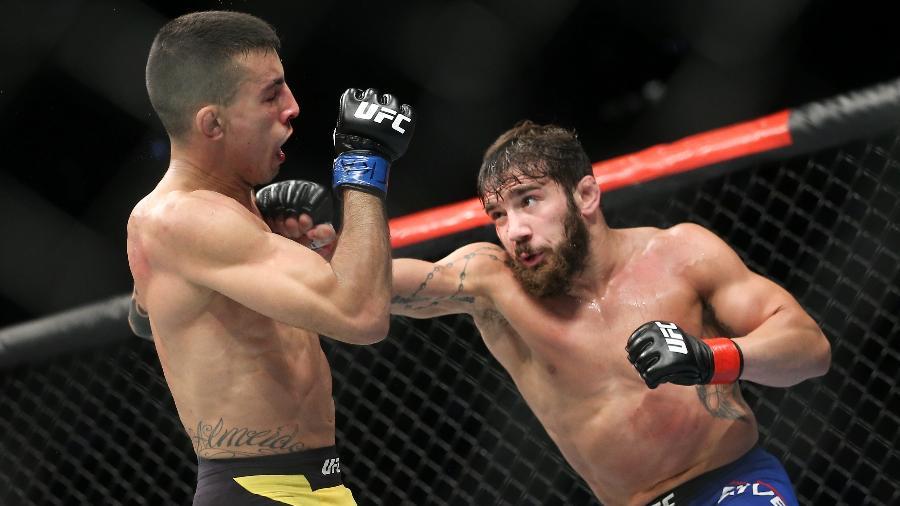 Thomas Almeida (esq.) foi derrotado por Jimmie Rivera no UFC Long Island - Ed Mulholland/Getty Images
