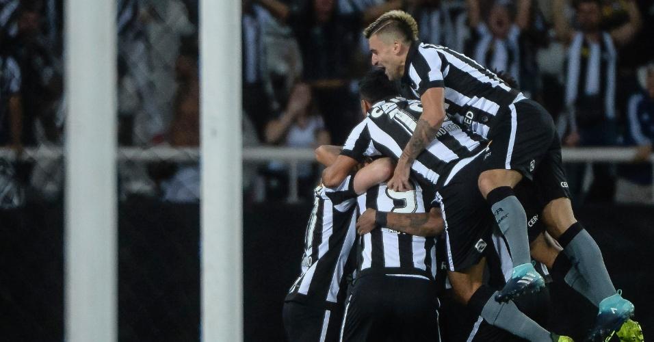 Jogadores do Botafogo comemoram gol contra o Nacional pela Libertadores