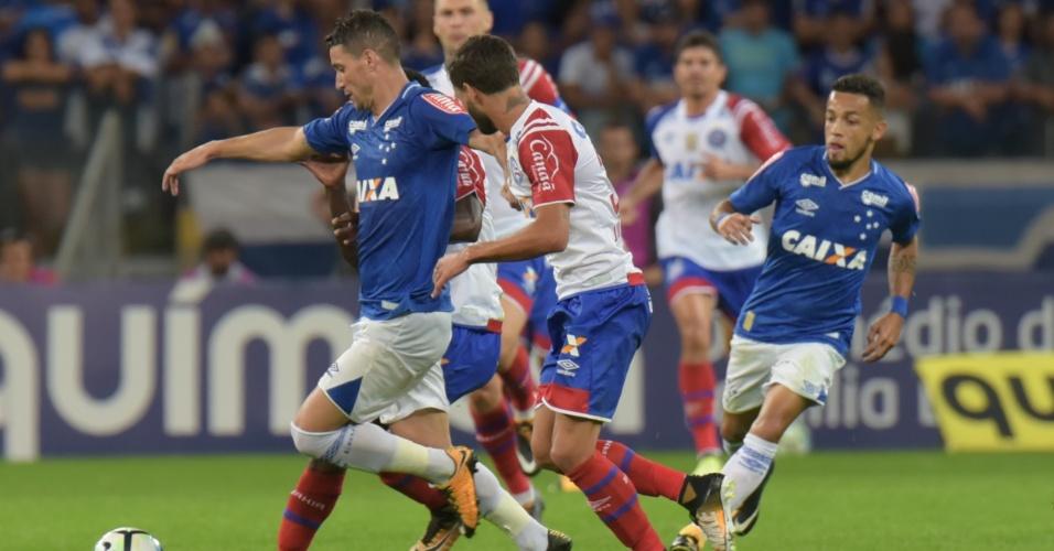 Thiago Neves protege a bola em lance de Cruzeiro x Bahia