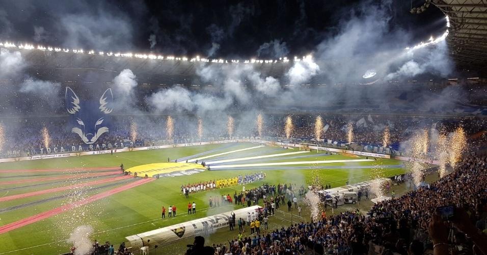 Cruzeiro faz linda festa na entrada dos times antes da decisão da Copa do Brasil com o Flamengo