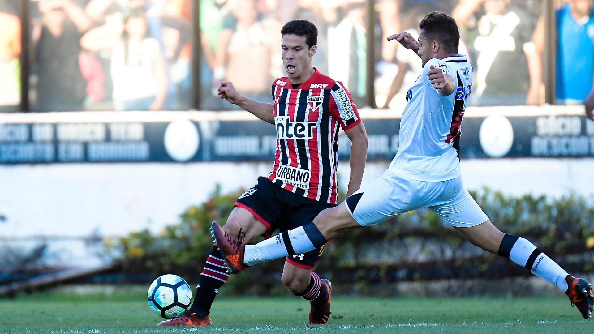 Hernanes carrega a bola pelo São Paulo e é marcado por Jean, do Vasco