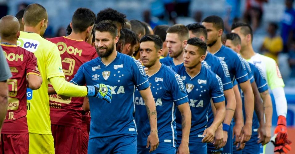 Jogadores de Cruzeiro e Fluminense se cumprimentam no Mineirão