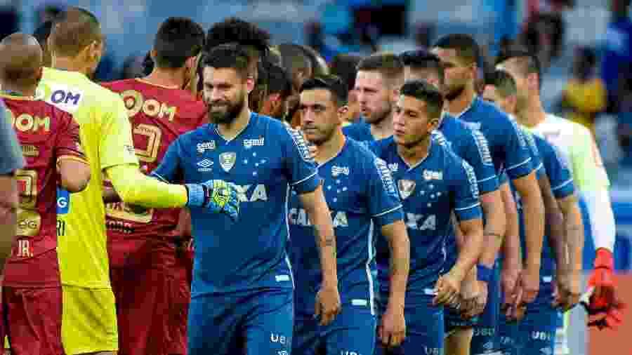 Jogadores de Cruzeiro e Fluminense se cumprimentam no Mineirão antes de duelo do Brasileirão 2020 - Washington Alves/Light Press/Cruzeiro