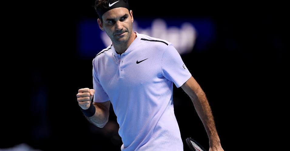 Roger Federer comemora ponto na partida contra Alexander Zverev no ATP Finals de Londres