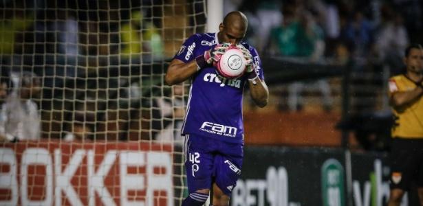 Jailson segura a bola durante as cobranças de pênalti no Palmeiras x Santos