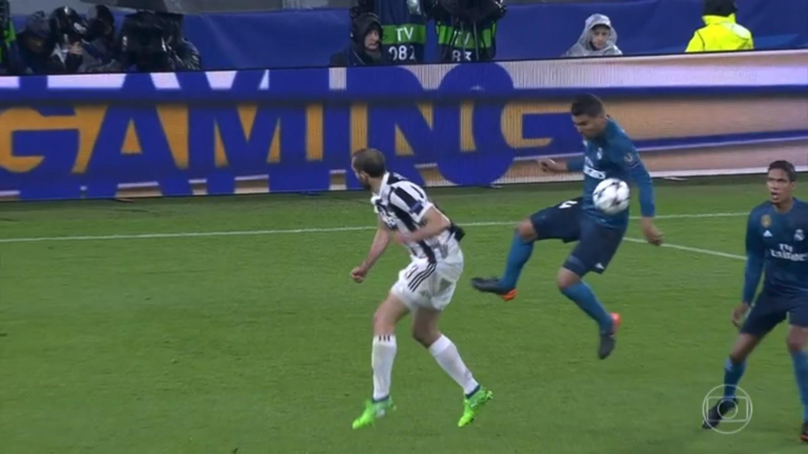 Juventus reclama de pênalti não marcado em toque no braço de Casemiro