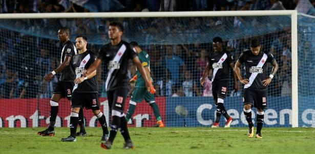 Jogadores do Vasco lamentam gol do Racing em jogo pela Libertadores