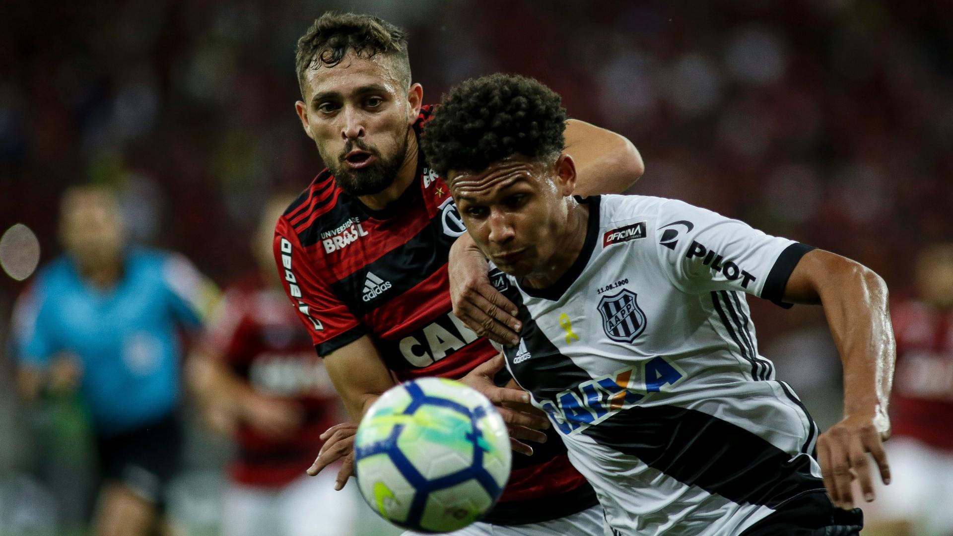 Leo Duarte e Lucas Mineiro disputam a bola no jogo entre Flamengo e Ponte Preta