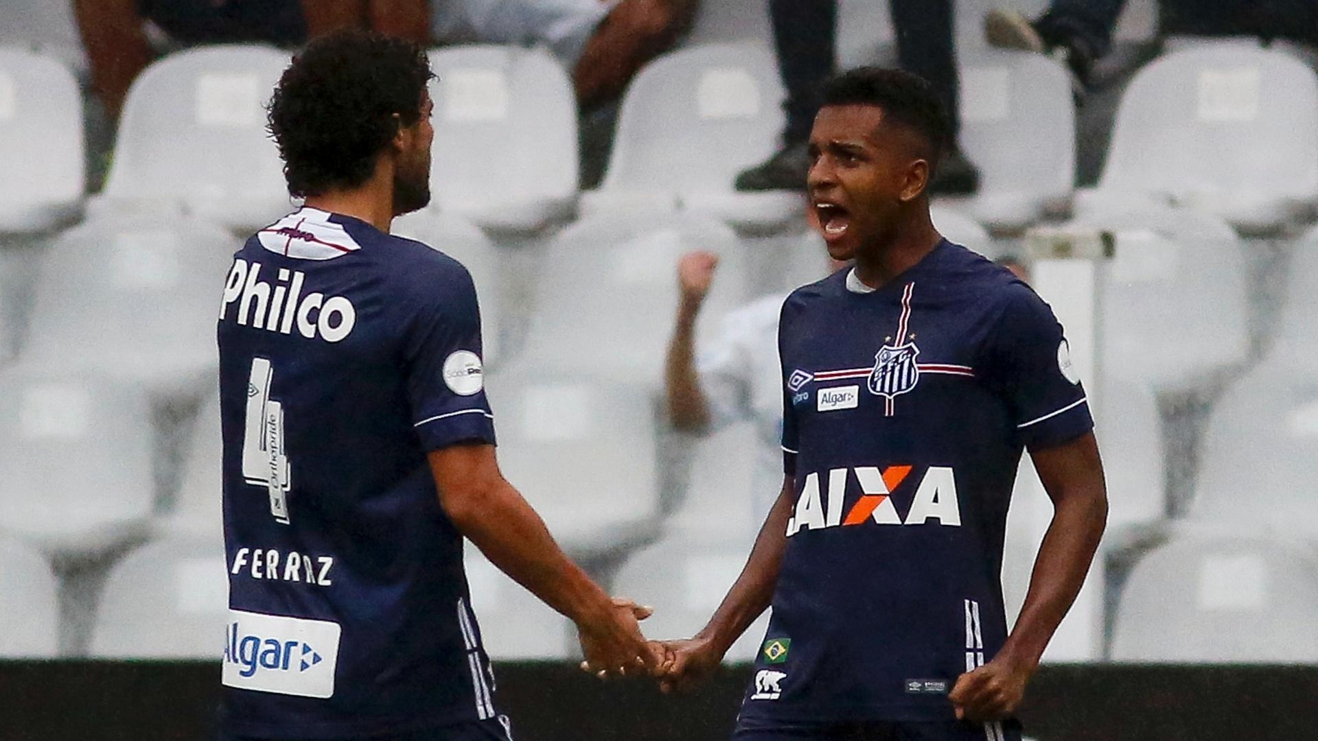 Rodrygo e Victor Ferraz comemoram gol do Santos contra o Vitória