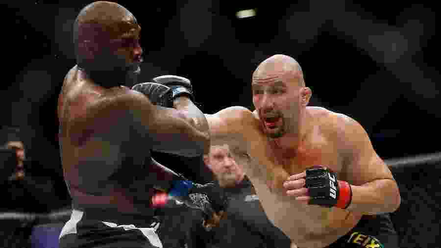 O brasileiro Glover Teixeira em combate contra Jared Cannonier no UFC 208 - Anthony Geathers/Getty Images