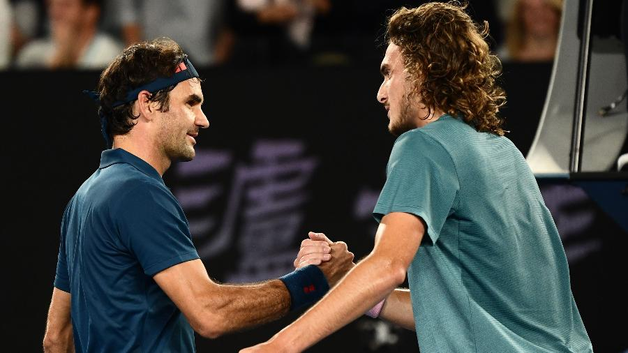 Roger Federer cumprimenta Stefanos Tsitsipas por vitória em Melbourne - Jewel Samad/AFP