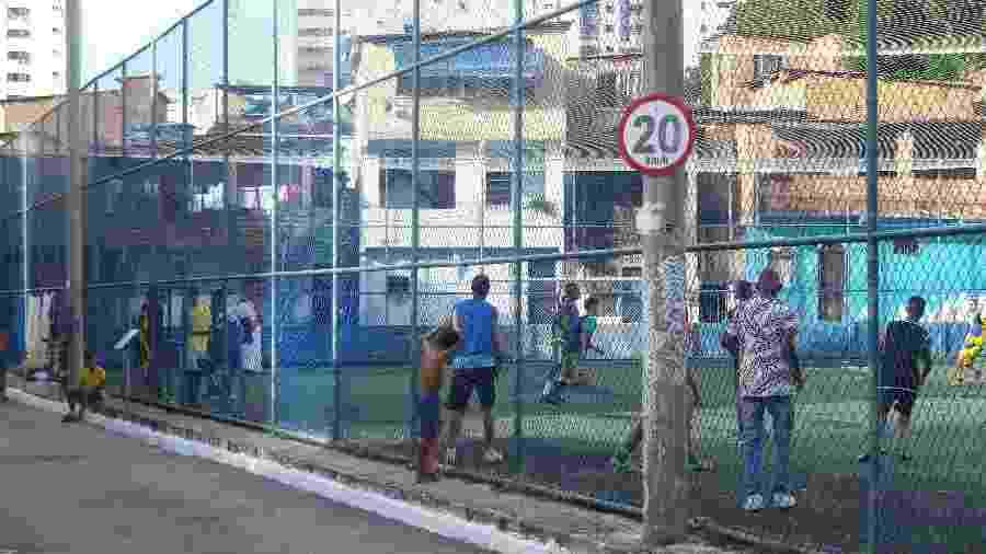 Quadra na comunidade Candeal era de terra batida até reforma entregue em julho de 2015 - Gabriel Carneiro/UOL