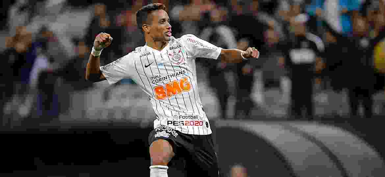 Meio-campista começou a jogada de um gol e marcou o outro na vitória corintiana de ontem -  Daniel Vorley/AGIF