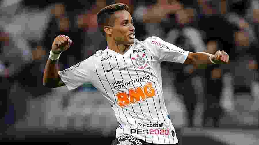 """Pedrinho comemora um dos de seus gols no retorno após a """"parada"""" da Copa América -  Daniel Vorley/AGIF"""