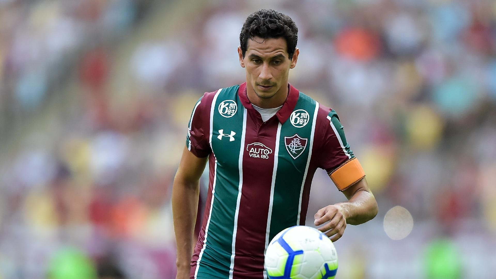 Paulo Henrique Ganso domina a bola em jogo entre Fluminense e CSA