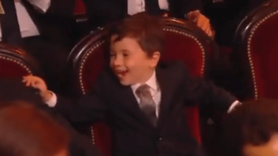 Mateo, filho de Messi, fica entusiasmado com o pai levando mais uma Bola de Ouro para casa - Reprodução/Twitter