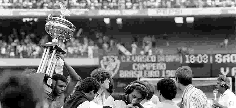 16.dez.1989 - Jogadores do Vasco levantam comemoram a conquista do Campeonato Brasileiro após vitória sobre o São Paulo na final, no estádio do Morumbii - Antônio Gaudério/Folhapress